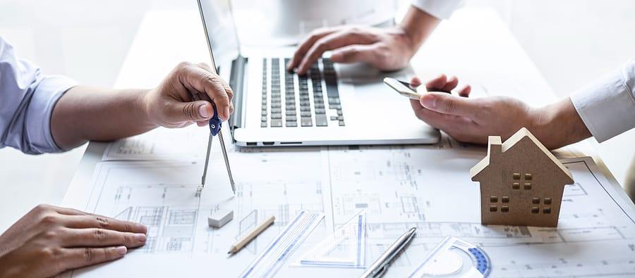 im Planungsbüro wird der Bebauungsplan entworfen